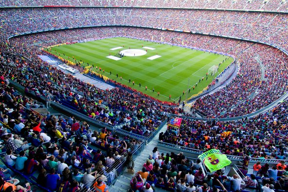 אצטדיון הקמפ נואו גדוש בקהל