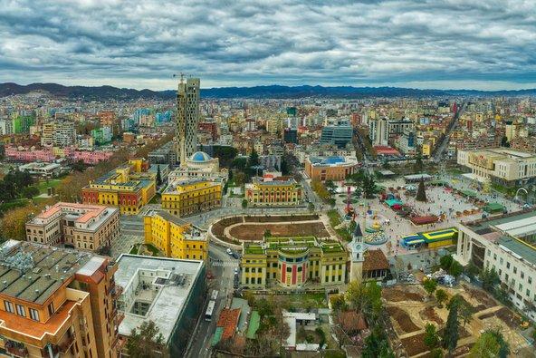 בט על מרכז טירנה, עיר מרתקת המשלבת בין מזרח למערב