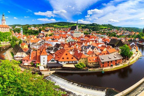הנהר, הטירה והבתים העתיקים עם גגות אדומים תורמים לקסמה המיוחד של צ'סקי קרומלוב
