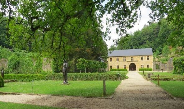 מנזר אורבל. יומם של הנזירים נחלק בין תפילה, שינה ועבודה בגינה ובמבשלת הבירה