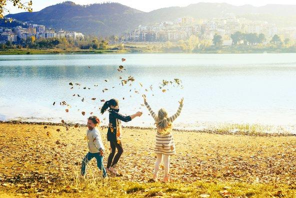 ילדות משתעשעות ליד האגם בפארק גרנד