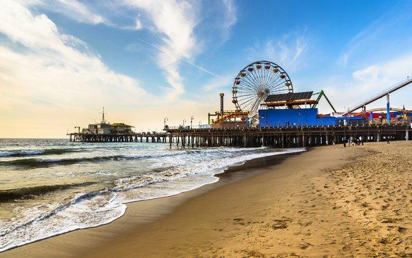 החוף של רציף סנטה מוניקה עם הגלגל הענק המפורסם