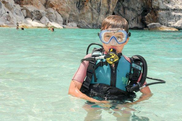החופים היפים של סרדיניה מזמינים לספורט מים וצלילה | צילום: Stefano Ember / Shutterstock.com