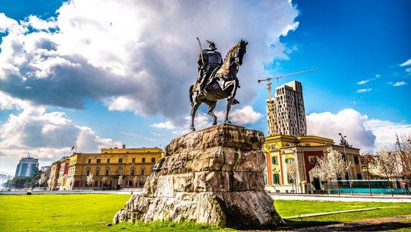 פסלו של סקנדרבג בכיכר המרכזית הנושאת את שמו | צילום: amyrxa / Shutterstock.com
