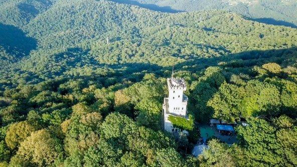 הר אחון והמגדל שבראשו, ממנו נשקפת תצפית נפלאה על כל האזור