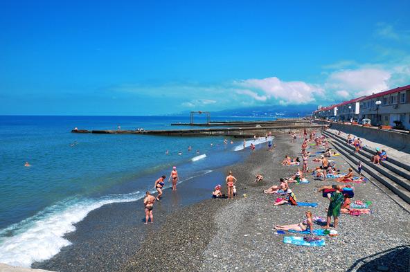 מזג האוויר הנעים בקיץ מושך רבים לחופי הים השחור בסוצ'י