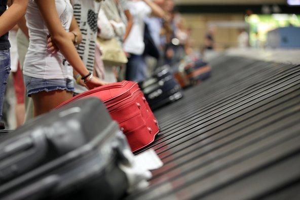 כדאי לבחור במזוודה עם צבע בולט שקל יותר לזהות על מסוע המזוודות