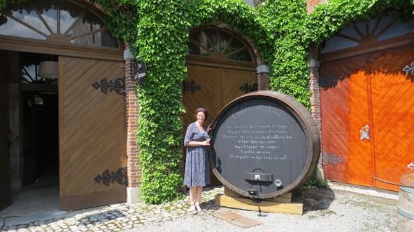ונסה וקסלר בפתח היקב. מאמינה שמוזיקה משפיעה על טיב היין