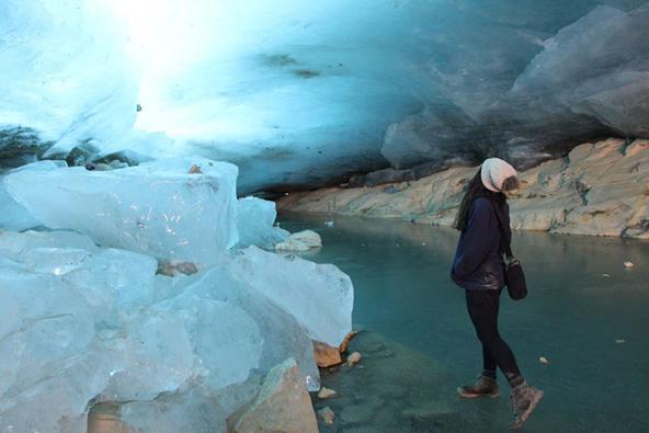 מערת הקרח בטרק הקרחון הדרומי. רצפת המערה היא לגונה קפואה