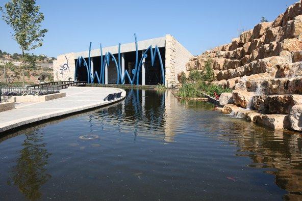 בריכת דגי הקוי בכניסה לאקווריום ישראל | צילום: שלומי כהן