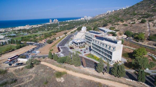 """מאכסניית אנ""""א חיפה נשקף נוף של הר הכרמל ושל הים"""