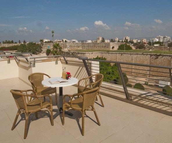 """מרפסת הגג של אכסניית אנ""""א עכו היא מקום נהדר לשבת בנחת ולהשקיף על הנוף"""