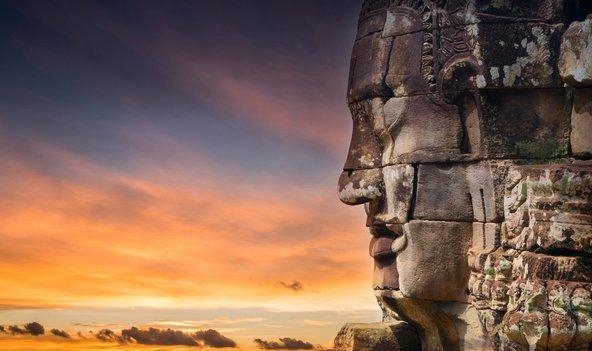 מקדש באיון אשר מגדליו מעוטרים בפניו של בודהה
