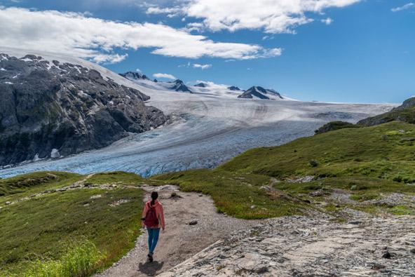 ההולכים בטרק שדה הקרח הרדינג שבאלסקה מוקפים נופים מופלאים מכל עבר