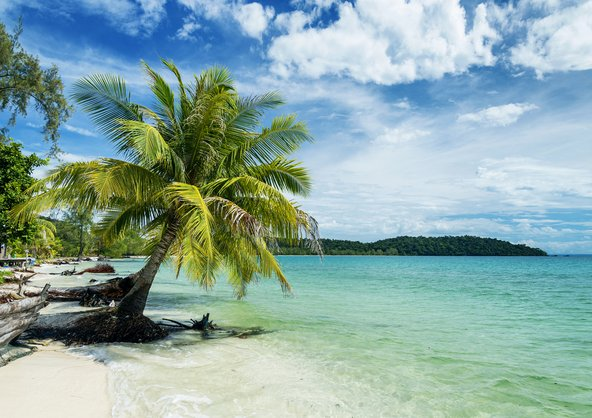 חוף מבודד באי ליד סיהנוקוויל, עיר הנופש של דרום קמבודיה