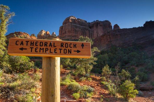 שביל טמפלטון מקיף את סלע קתדרל בסדונה