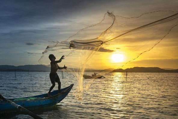 דייג פורש רשת בזריחה | הצילומים באדיבות Asiatica Travel