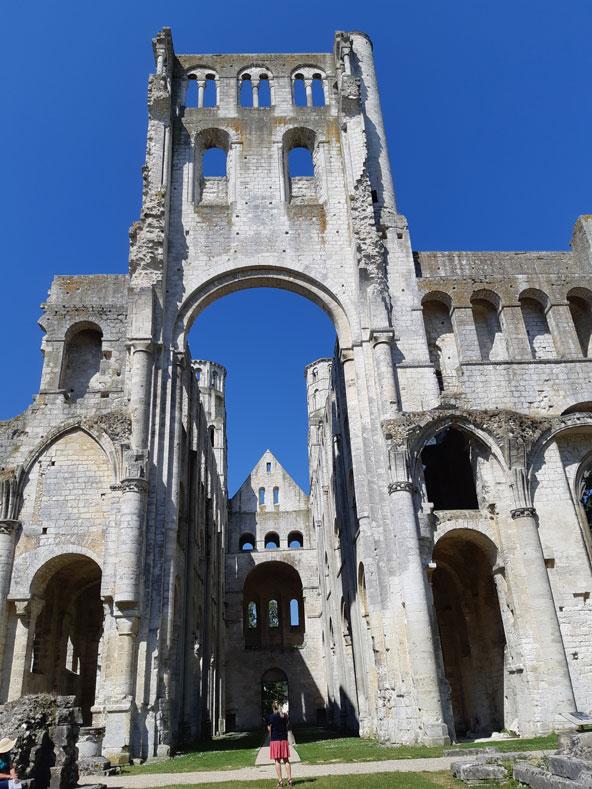 """שרידיו הרומנטיים של מנזר ז'ומייז'. ויקטור הוגו קרא למקום """"האתר ההיסטורי היפה ביותר בצרפת"""""""