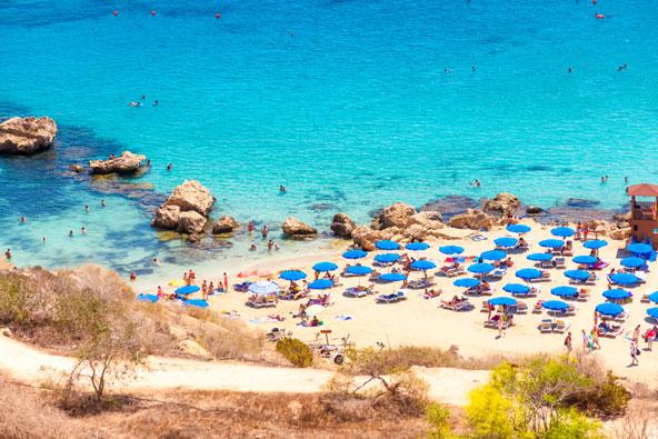 חוף קונוס, מהחופים היפים בקפריסין, נמצא במפרץ מקסים