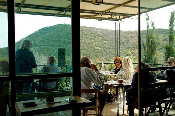 קפה רושקה. בית הקפה ממוקם בתוך הגלריה של יובל תלם ומציע תצפית נהדרת לנוף גלילי | צילום: ראובן קופיצ'ינסקי
