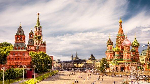 הכיכר האדומה במוסקבה עם מתחם הקרמלין וכנסיית ואסילי הקדוש