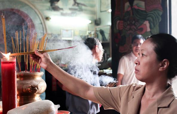 הדלקת קטורת במקדש בהו צ'י מין סיטי בחג הטט