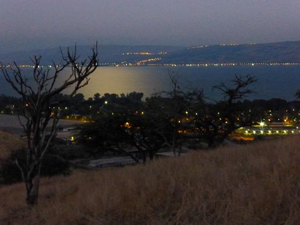 לקראת סוף המסלול, הכנרת בוהקת באור הירח   צילום: רותם פריפר