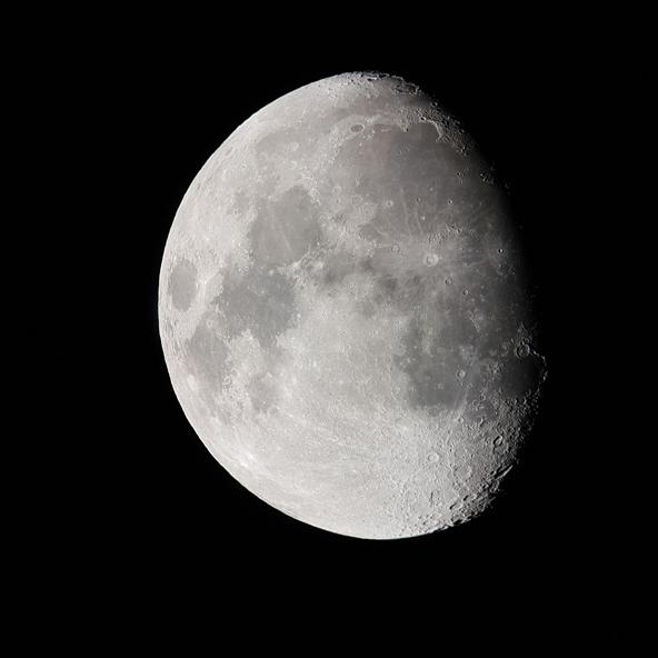 מבט אל הירח. המדבר, עם אוויר צלול ושמיים נקיים מזיהום אור, הוא המקום המושלם לתצפיות אסטרונומיות | צילום: בועז שר שלום