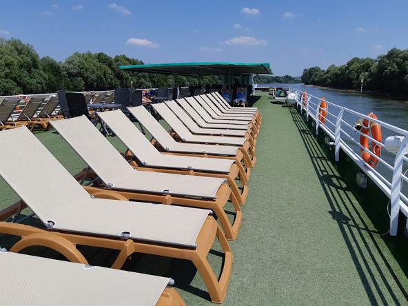 על סיפון הסיין פרינסס. כשלא עוגנים ומסיירים בסביבה, אפשר להשתרע על כיסא נוח מול הנוף
