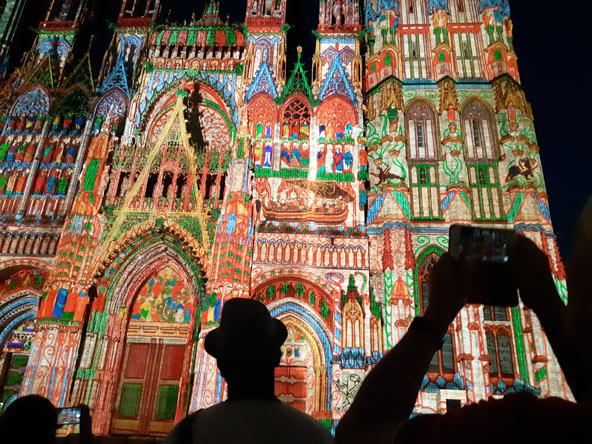 שווה לחכות ללילה: המופע האורקולי על חזית הקתדרלה של רואן