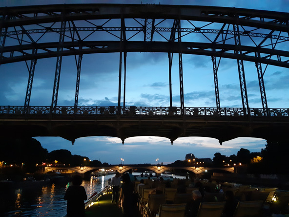 שייט לילי מתחת לגשרים של פריז, סיום הולם לטיול-הפלגה על הסיין