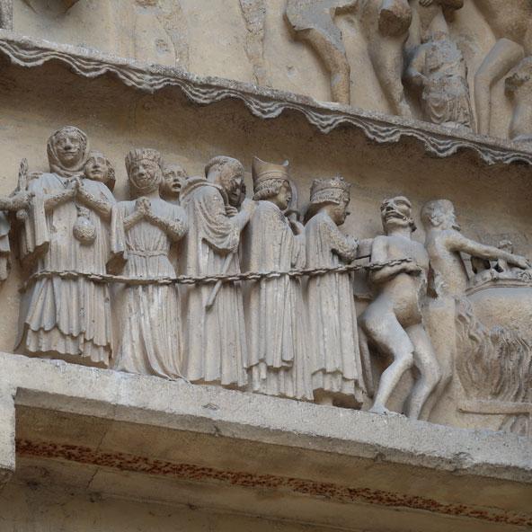 חזית הקתדרלה של ריימס עמוסה בתבליטים נפלאים המספרים את סיפורם של קדושים וחוטאים