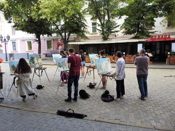 רחוב דריבסובסקיה. קבוצת סטודנטים מציירת