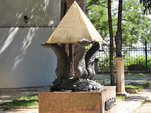 בגן הפסלים של המוזיאון הספרותי אפשר למצוא הפתעות משעשעות, כמו פסל של חולדות אינטלקטואליות, מחווה לעובדי המוזיאון המסורים