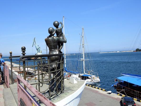 פסלו של אלכסנדר טוקרב משקיף לים. מחווה למלחים שלא חזרו לביתם