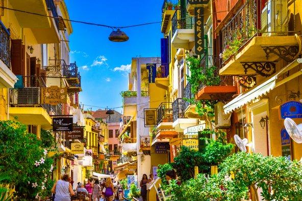 רחוב מלא חיים בעיר העתיקה של חאניה | צילום: Georgios Tsichlis / Shutterstock.com