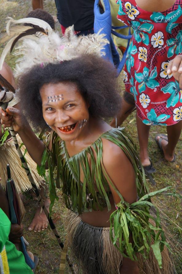 לבוש מסורתי בפסטיבל באלוטאו. השיניים האדומות הן תוצאה של לעיסת אגוז ביטל