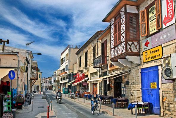 חנויות בלימסול. לצד חנויות קטנות יש בעיר גם קניון חדיש וגדול