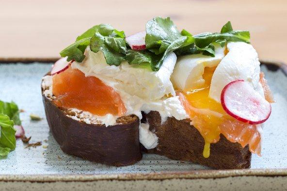 ביצה עלומה עם סלמון כבוש על לחם בריוש, ארוחת הבוקר האהובה על שרון מקפה יודפת