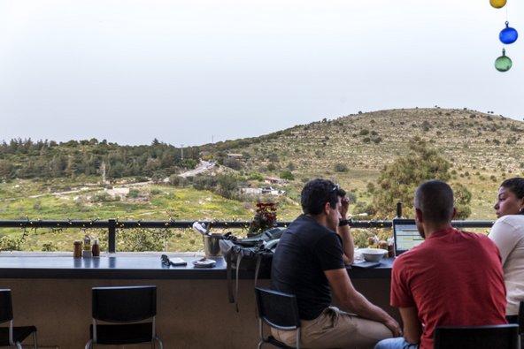 מול הנוף הזה תוכלו לפתוח את היום בקפה יודפת