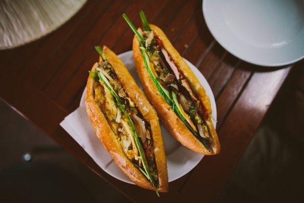באן מי, אחד ממאכלי הרחוב הפופולריים בווייטנאם, בגרסה של הוי אן
