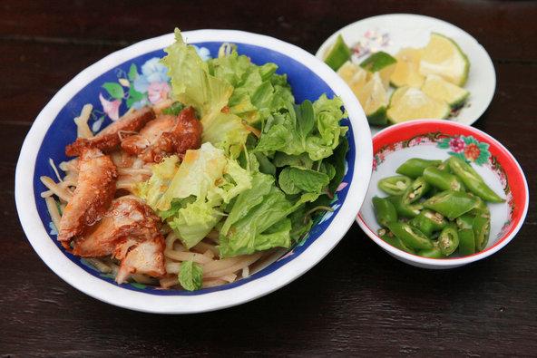 Cao Lau - מנה פופולרית מהוי אן עם בשר חזיר, ירקות, אטריות ושפע של עשבי תיבול