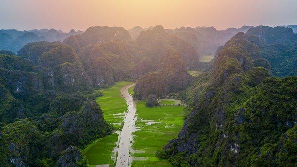 שדות אורז וסלעים קרסטיים באזור נין בין