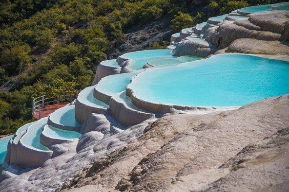 בריכות מים בצבע טורקיז בטרסות אבן גיר ליד הכפר Baishuitai