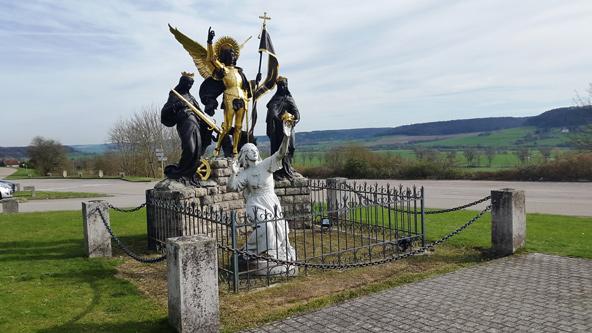 פסל של ז'אן בחזית הבזיליקה בדומרמי. הזמן כמו קפא מלכת בכפר הקטן