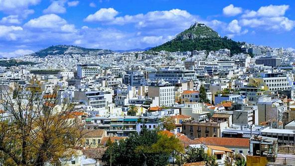 גבעת הזאבים מזדקרת מעל בתיה של אתונה   צילום: גבריאל מלמוד