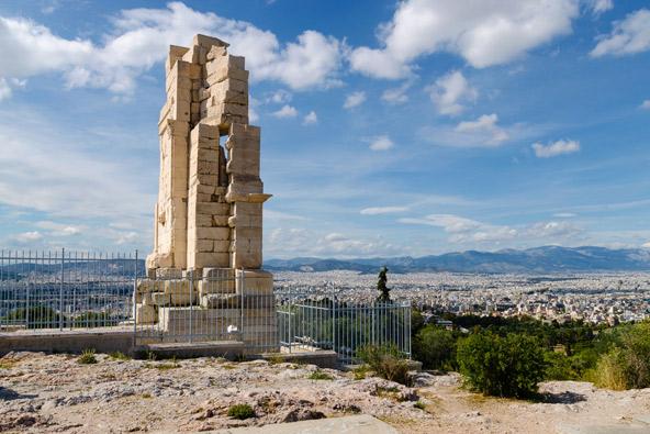 אנדרטת פילופאפו בראש גבעת המוזות