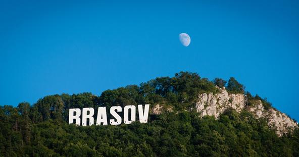 """ירח תלוי מעל השלט """"בראשוב"""" בפסגת הר טמפה. הדמיון לשלט המפורסם של הוליווד אינו מקרי..."""