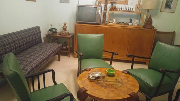 הסלון של דוד ופולה בצריף בן גוריון. רטרו במיטבו | צילום: רותם בר כהן