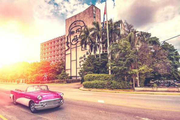 שניים מסמליה של קובה: מכוניות אמריקאיות משנות החמישים וצ'ה גווארה